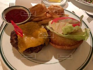 食卓の上の食べ物の皿の写真・画像素材[2170225]