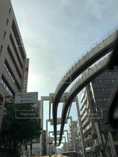 都会の高いビル間のモノレールの写真・画像素材[2174191]