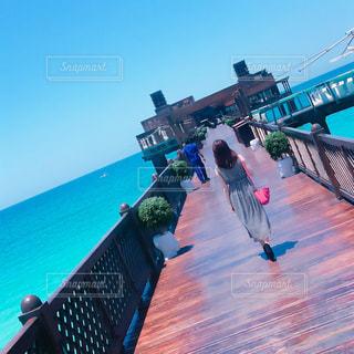 青い空と青い海の写真・画像素材[2171036]