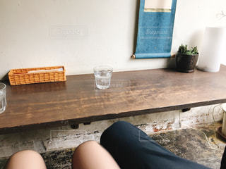 ソファに座る男女の写真・画像素材[2307163]