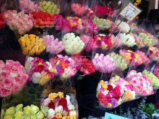 店内に陳列されたバラの花束。カラフルでパワーをもらえる一枚。の写真・画像素材[2172045]