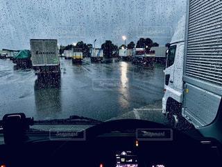 雨のパーキングエリアの写真・画像素材[2398029]