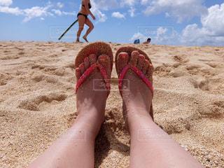砂浜の浜辺に横たわっている人の写真・画像素材[2173066]