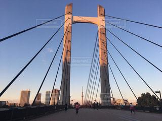 背景にある都市と水の体の上の橋の写真・画像素材[2173110]