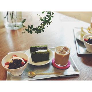 カフェでデザート満喫の写真・画像素材[2174174]