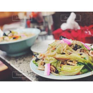 食卓の上の食べ物の皿の写真・画像素材[2181283]