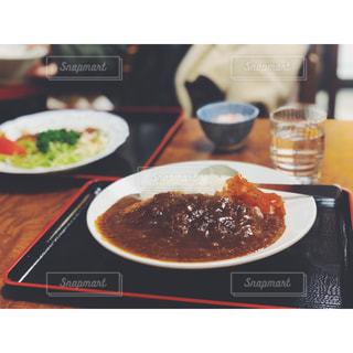 食卓の上の食べ物の皿の写真・画像素材[2199507]