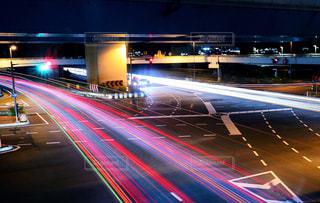 夜の交通でいっぱいのハイウェイの写真・画像素材[2173359]