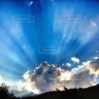 薄明光線の写真・画像素材[2173391]