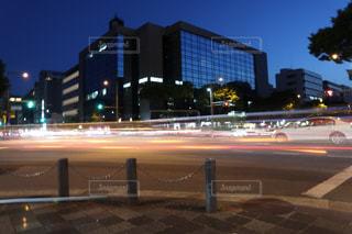 夜の街の交差点の写真・画像素材[2196584]
