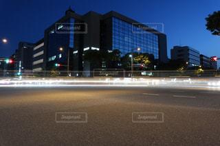 夜の道路のレーザービームの写真・画像素材[2196589]