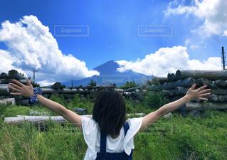 富士山背景 女の子の後ろ姿の写真・画像素材[2200012]