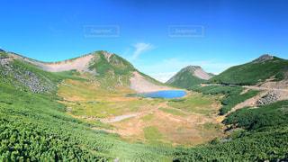 山が背景にある高原の写真・画像素材[2200020]