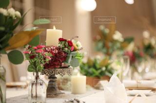 テーブルの上の花瓶の写真・画像素材[2217195]