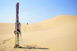 砂浜の上に立つ男の写真・画像素材[2217197]