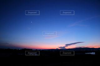 水の体の上の夕日の写真・画像素材[2341610]