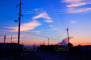 街の通りに沈む夕日の写真・画像素材[2341612]