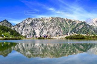 山を背景にした水域の写真・画像素材[2493979]