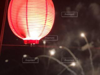 夜の赤い光のクローズアップの写真・画像素材[2173673]