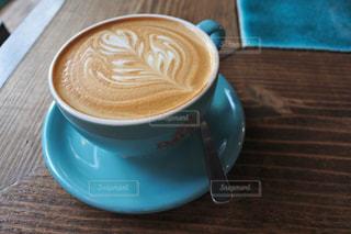 木製のテーブルの上に座っているコーヒー1杯の写真・画像素材[2173742]