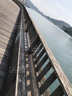 水の体に架かる橋の写真・画像素材[2176790]