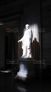 ランプの隣に立っている人の写真・画像素材[2174423]