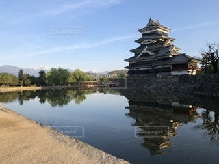 早朝の松本城と北アルプスの写真・画像素材[2174514]