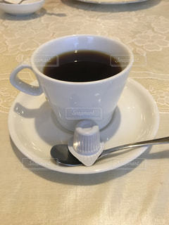 テーブルの上でコーヒーを一杯飲むの写真・画像素材[2210786]