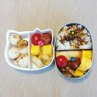 テーブルの上の2つのお弁当の写真・画像素材[2175009]