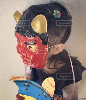 赤鬼のお面をかぶる女の子の写真・画像素材[2175085]