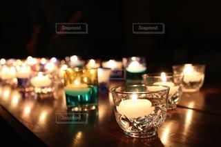 キャンドルがたくさんあるテーブルの写真・画像素材[2175833]
