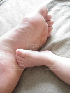 大人の足と赤ちゃんの足の写真・画像素材[2175920]