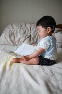 絵本を読む赤ちゃんの写真・画像素材[2177397]