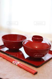 テーブルの上に赤い漆の器の写真・画像素材[2211942]