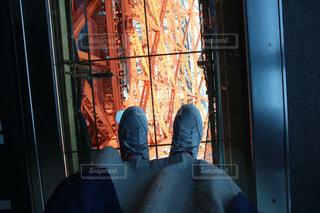 東京タワーのガラスの床に立つ足の写真・画像素材[2233625]