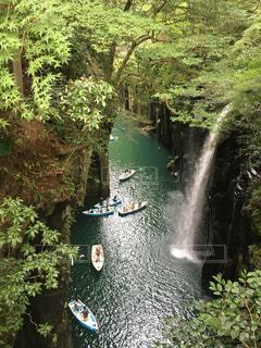 滝の裏に乗っている人の写真・画像素材[2175571]