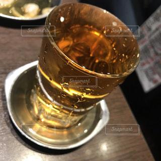 テーブルの上の空のガラスの写真・画像素材[2226071]
