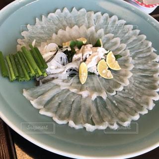 皿の上の食べ物のボウルの写真・画像素材[2230526]