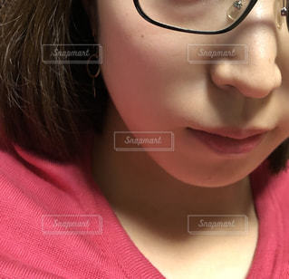 眼鏡をかけている女性の接写の写真・画像素材[2181606]