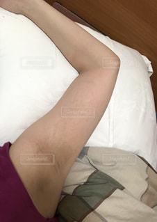 ベッドに座っている人の写真・画像素材[2354327]