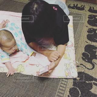 ベッドの上に座っている赤ん坊の写真・画像素材[2176666]
