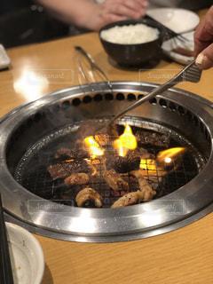 焼肉屋で肉を焼く人の写真・画像素材[2178403]