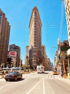 フラットアイアンビルを背景にしたにぎやかな街の通りのクローズアップの写真・画像素材[2178979]