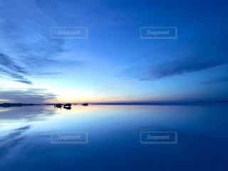 ある水に沈む夕日の写真・画像素材[2180887]