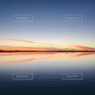 水の体に沈む夕日の写真・画像素材[2183720]