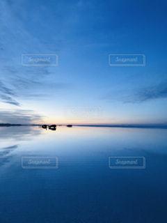 水域の隣に座っている交通信号の写真・画像素材[2183721]