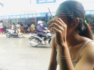 タバコを吸う店員の女の子の写真・画像素材[2203578]