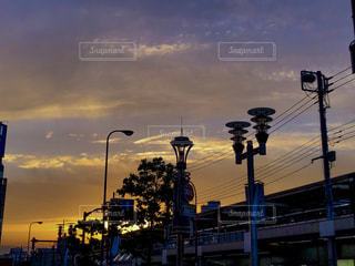 都市の上にぶら下がっている交通信号の写真・画像素材[2180729]
