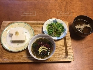 木製のテーブルの上に座る食べ物のボウルの写真・画像素材[2181679]