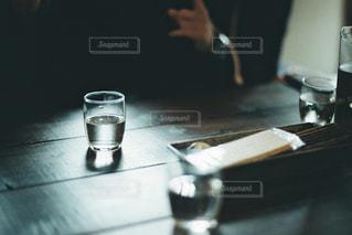 カフェの水のグラスの写真・画像素材[2192915]